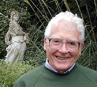 James Lovelock y una estatua de la diosa griega Gaia